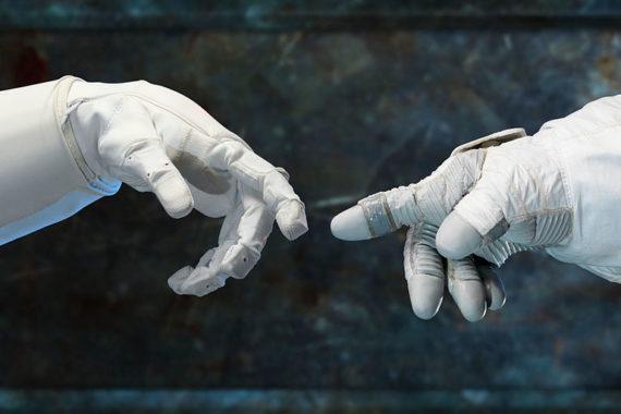 O robô Air Muscle e a mão de um astronauta humano. Foto: NASA